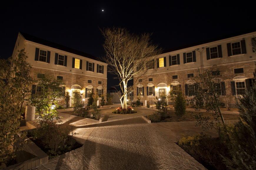 夜間の証明が映える、うっとりとさせる景観。