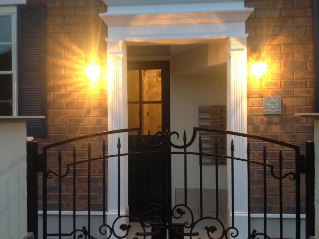 玄関横のヨーロッパ調の外灯の明かりがおしゃれ_IMG_2756