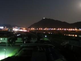 リビングからお気に入りの夜景のショットです。 金華山の頂上に小さく白く光っているのはライトアップされた岐阜城です。