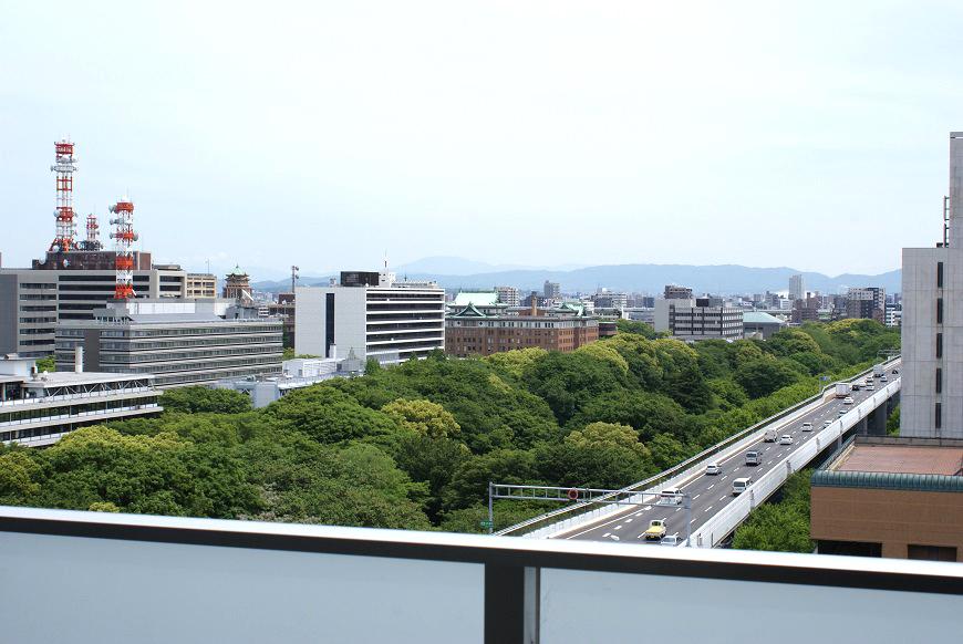 窓から見る景色は、外堀通りの緑と官庁街が目の前に広がっています。