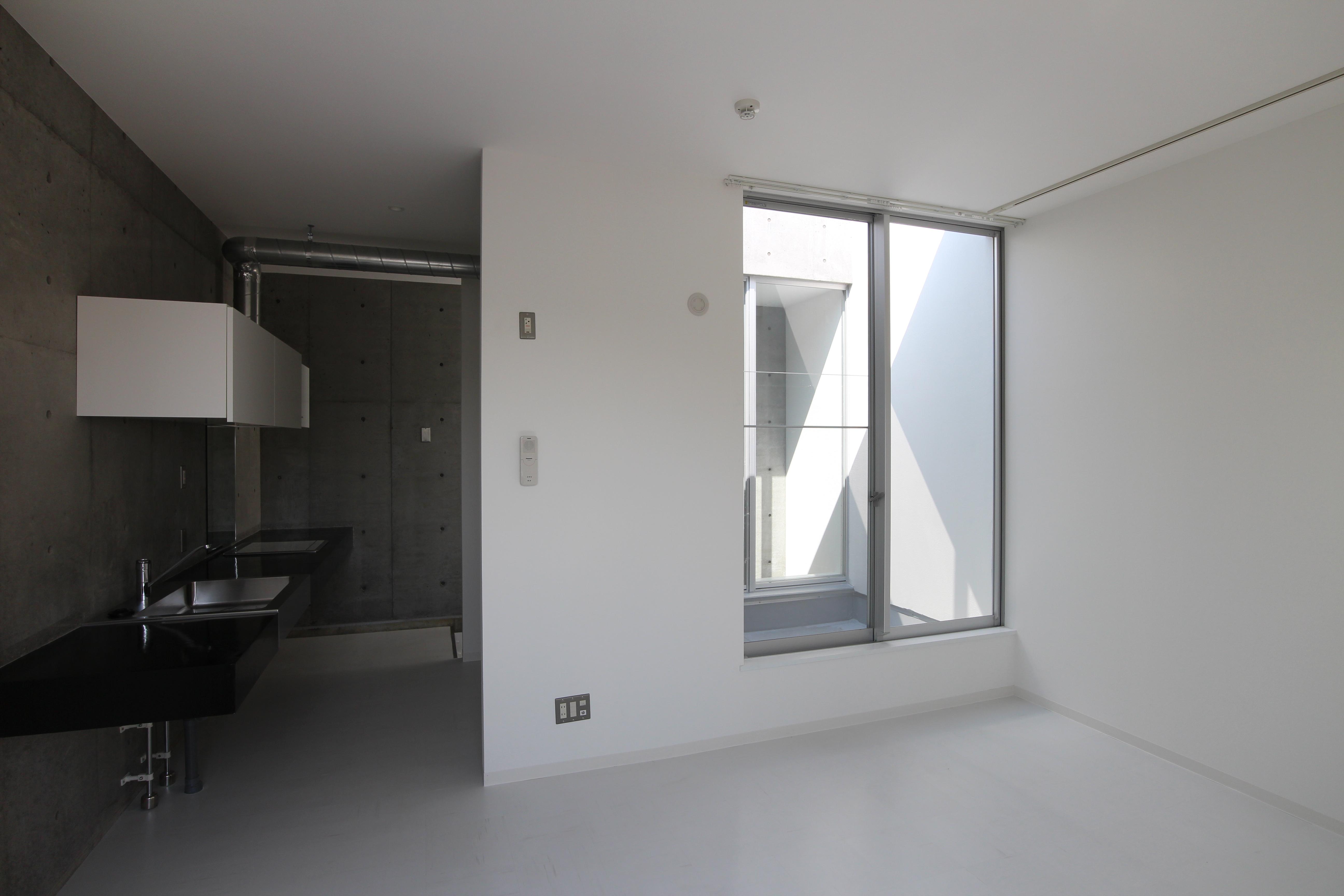 真っ白な床に壁、コンクリの打ちっぱなしの不思議な空間。05-1
