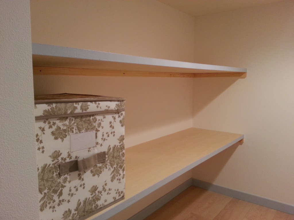 棚があって衣装ケースなどが置けます_20140710_145406