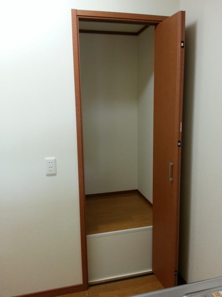 キッチンを背にして、大きな収納もあります。20140713_113947