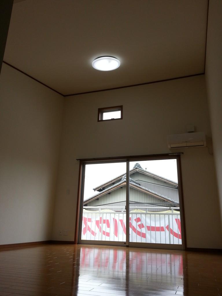 天井が高く、開放感あるリビング。20140713_115503