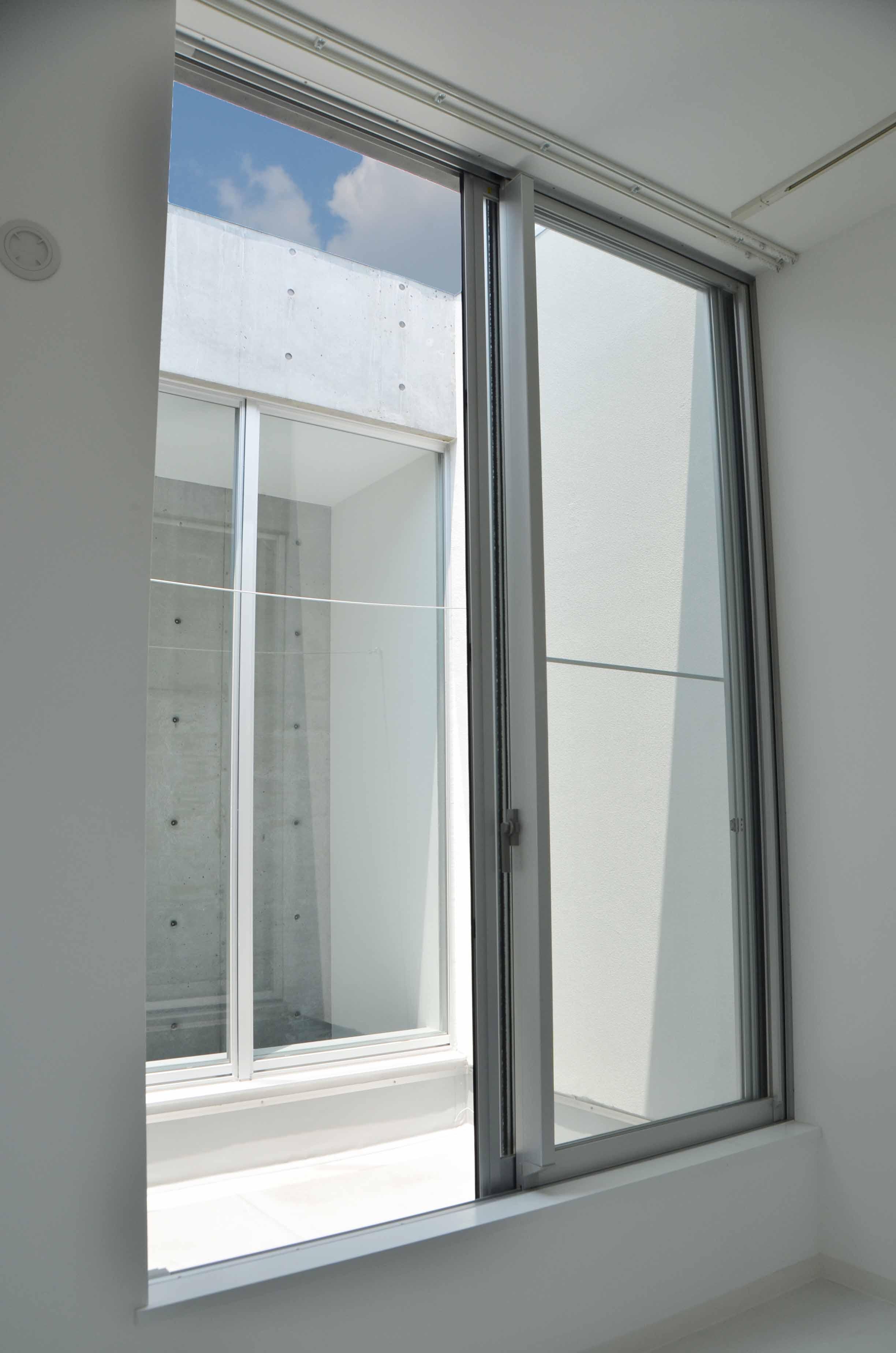 窓から垣間が見える、青い空。DSC_7439
