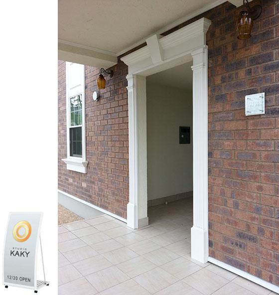 置き型のスタンドを玄関横などに置いていただくことはできます_看板&共用玄関