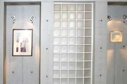 エントランスだけでなく、エレベーターの中にも小さなイラスト画が飾られています。