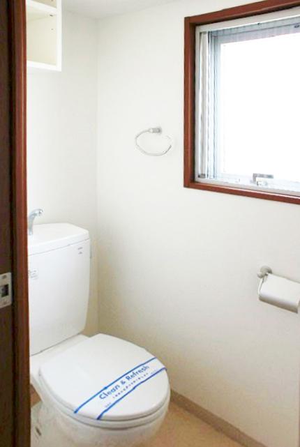 トイレにも窓があるので明るく、いつでも換気できます。