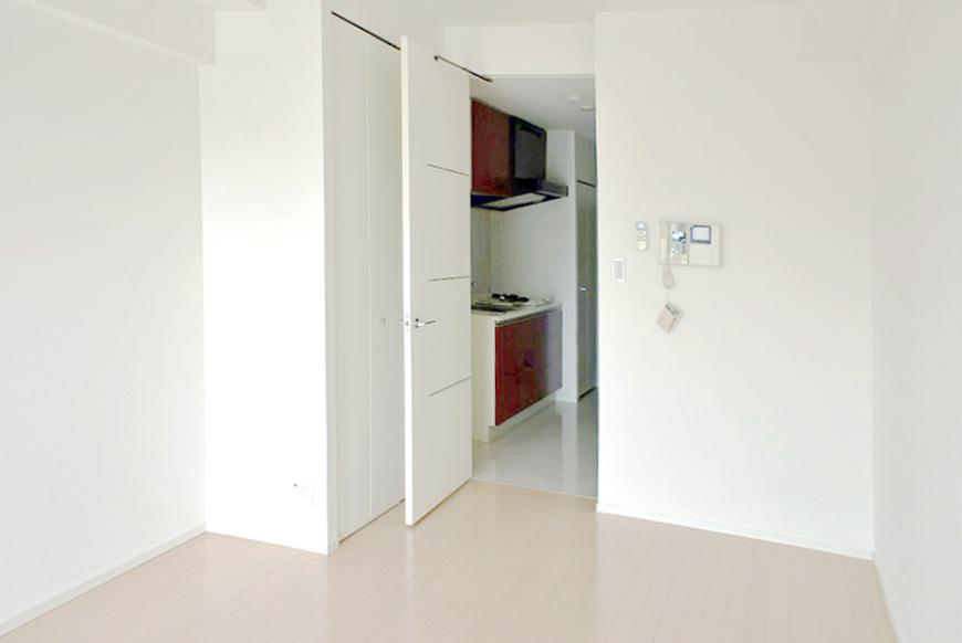 白い壁とナチュラルな床色に、赤いキッチンが映えます。