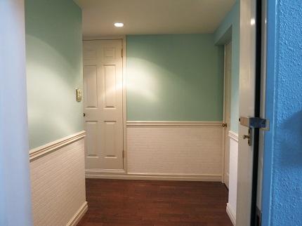 玄関前は、ペパーミントグリーンとブラウンの床が落ち着いた感じで素敵。