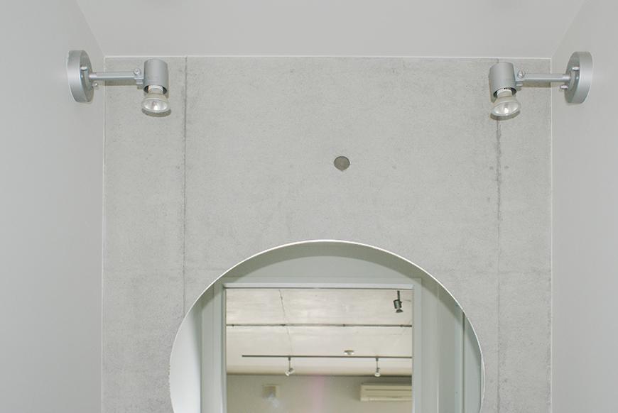 丸くて可愛い洗面ボウルと、丸い鏡がオシャレな洗面台。