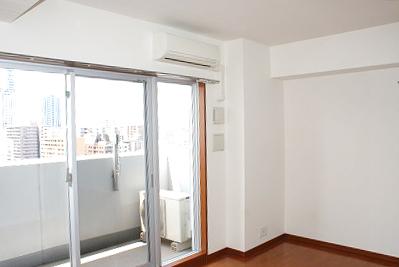 ベランダの窓が大く、開放感を感じられる素敵なお部屋。