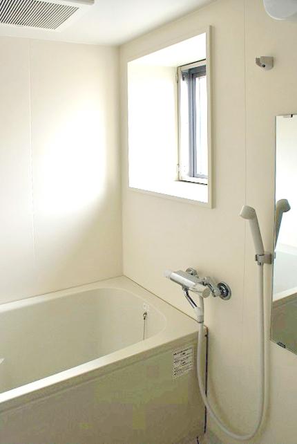 窓のあるバスルームは明るく、いつでも換気できます。
