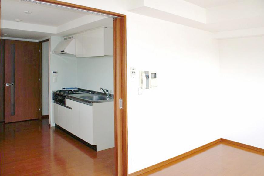 キッチン横には冷蔵庫スペースも確保されています。