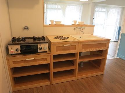キッチンは、家具職人さんが作った他にはない温かみのある木の収納。