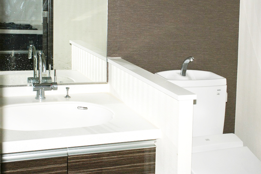 洗面台とトイレ。ダークブラウンのお色が高級感を引き立てます。