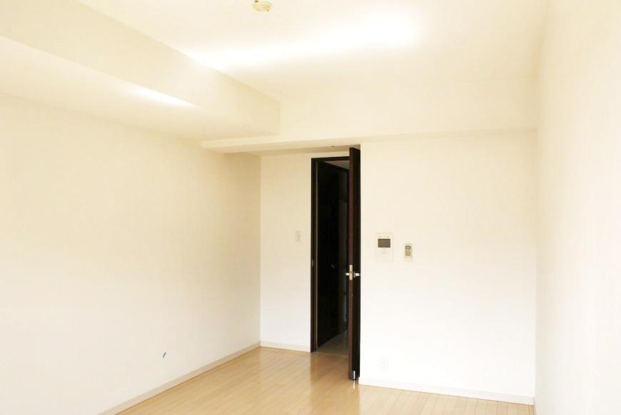 真っ白の壁の素敵なお部屋です。