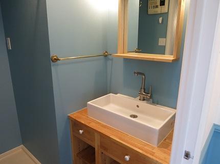 洗面台前の鏡も、かわいくて個性的です。