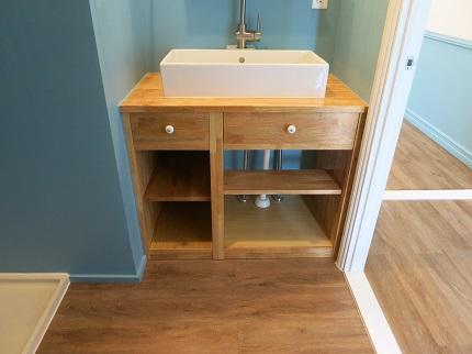 洗面台も、家具職人さんが作った他にはない温かみのある木の収納。
