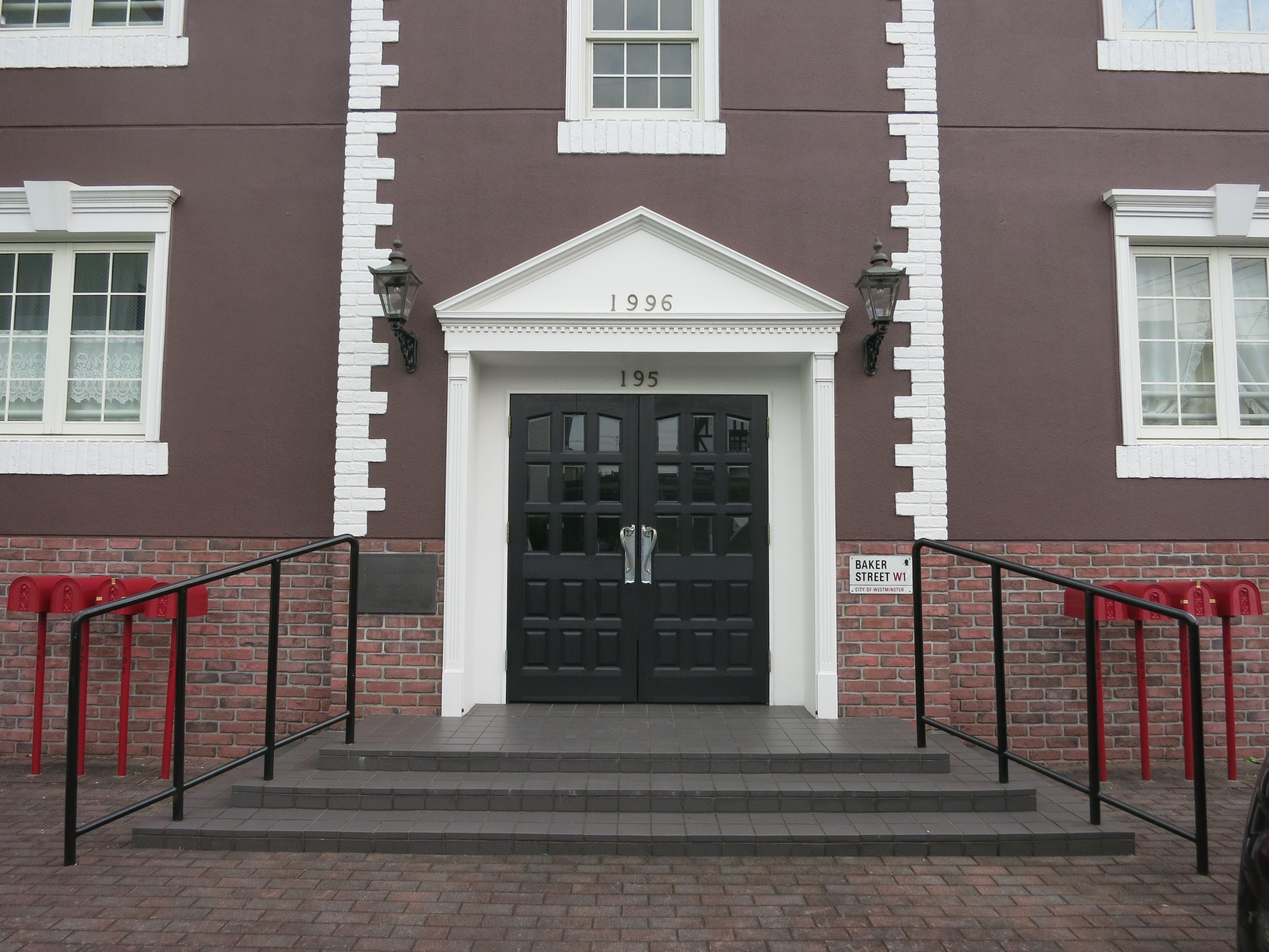海外のアパートメントって感じのシンメトリーな建物の中央が入口IMG_0526