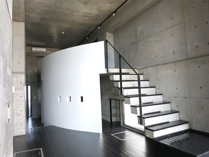 真っ白なアールの壁がコンクリの打ちっぱなしに映えます。