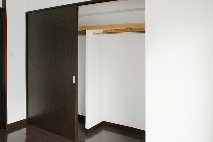 寝室の収納は引き戸で広いので、お友達用の寝具も入るから朝まで女子トークも楽しめます。
