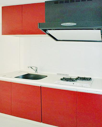 お洒落な赤いキッチンは、可愛い小物で料理のレパートリーが増えそう。