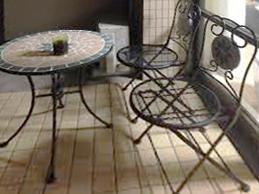 ベランダはこんな素敵なテーブルセットも置けるくらい広いです。