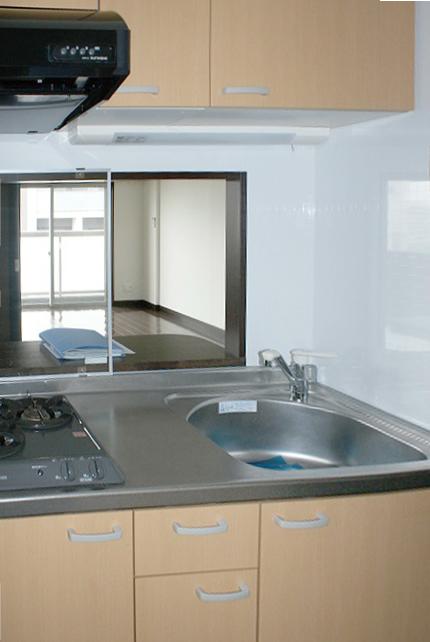 キッチンの収納扉は、ナチュラルなお色で木のあたたかみを感じます。