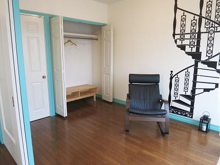 リビング隣のお部屋には、木製の棚のついたクローゼットもついています。