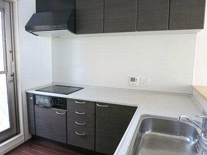 勝手口のあるキッチンは、広さ・機能ともに賃貸とは思えない充実ぶり。