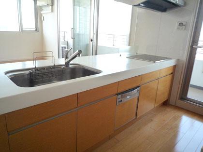 食洗機までついている、広々としたキッチンです。