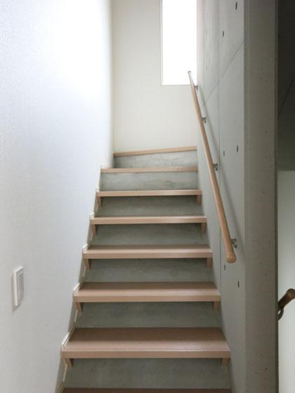 窓からの光が溢れる、明るい階段。