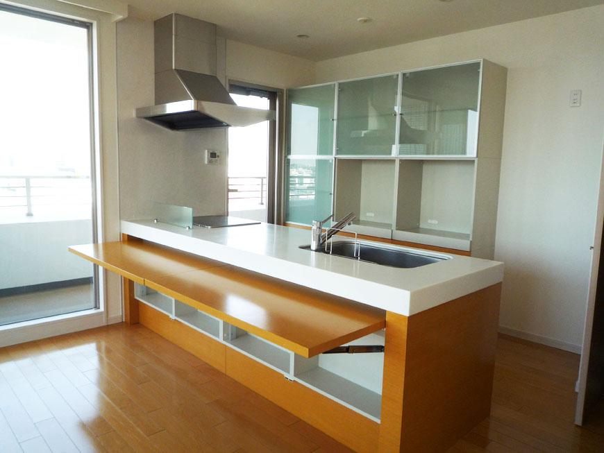 ラグジュアリーなカウンター式の収納扉がそのままテーブルにもなってしまうお洒落なキッチン。