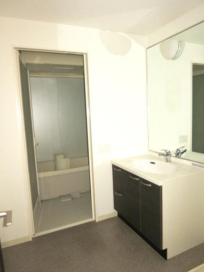 洗面とバスルームは、地階にあります。