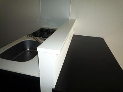 703号室のキッチンには、カウンターテーブルがついています。