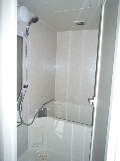 淡い色で統一感のある、415号室のバスルーム。