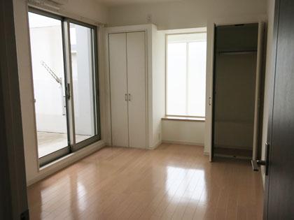 2階のもう一つの洋室。収納力のあるお部屋です。