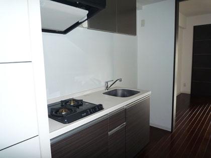 キッチンは2口ガスコンロで、冷蔵庫スペースもしっかりあります。