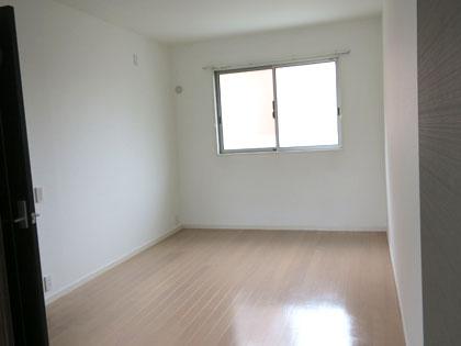 2階の主寝室になる洋室。窓からの光で明るいです。