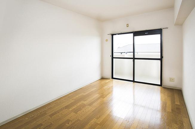 壁と天井の白さとフローリングで綺麗な印象8a0a2351_1