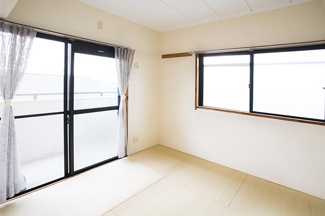キッチン隣りの6畳の和室。明るいお部屋です。