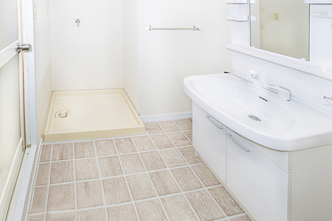 洗濯置き場と洗面。洗濯機スペースの他にも小さなタンス等を置けるスペースもあります。
