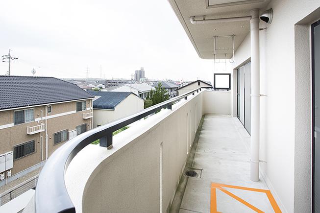 南側の3部屋すべてからアプローチできる、広いベランダ。