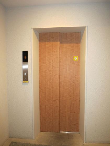 ウッド調のエレベーターが珍しいです。