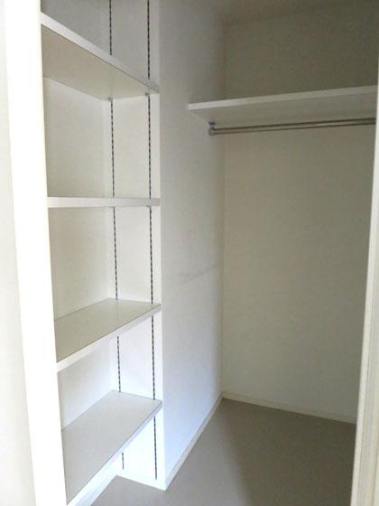棚もついているので、バッグや小物など何でも収納できちゃいます。