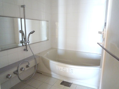 清潔感漂う、広くてきれいなバスルームです。