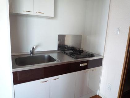 キッチンは少し狭いけれど、2コンロでお料理しやすそう。