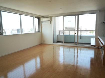 2面ある大きな窓のおかげで、日中はこんなに明るいお部屋になっています。
