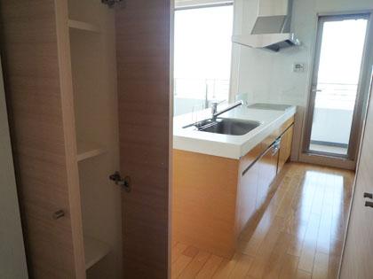 キッチン隣には収納棚も完備されています。